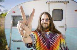 Uomo davanti ad un rimorchio che fa un segno di pace fotografie stock