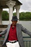 Uomo davanti al lago, verticale immagini stock