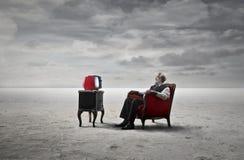 Uomo davanti alla televisione immagini stock
