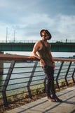 Uomo dei pantaloni a vita bassa che fa una pausa il fiume e che gode del sole Immagine Stock