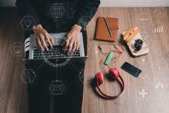 Uomo dei pantaloni a vita bassa che lavora con il computer portatile Fotografie Stock Libere da Diritti