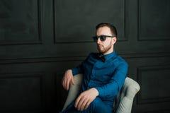 Uomo dei pantaloni a vita bassa di fotografia dello studio Immagine Stock Libera da Diritti