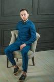 Uomo dei pantaloni a vita bassa di fotografia dello studio Fotografie Stock