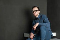 Uomo dei pantaloni a vita bassa di fotografia dello studio Immagini Stock