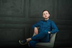 Uomo dei pantaloni a vita bassa di fotografia dello studio Fotografia Stock
