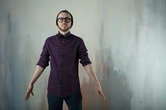 Uomo dei pantaloni a vita bassa di fotografia dello studio Fotografie Stock Libere da Diritti