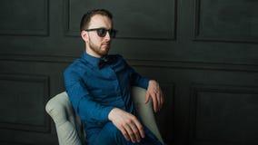 Uomo dei pantaloni a vita bassa di fotografia dello studio Immagine Stock