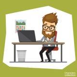 Uomo dei pantaloni a vita bassa in un vestito dell'ufficio che lavora ad un computer portatile Fotografie Stock Libere da Diritti