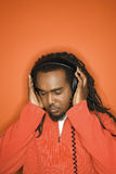 Uomo del African-American che ascolta le cuffie. Fotografie Stock