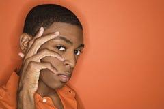 Uomo del African-American con la sua mano sul suo fronte. Immagine Stock Libera da Diritti