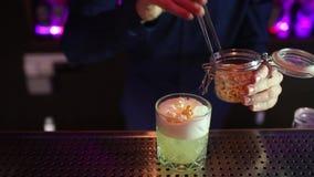 Uomo del barista che fa il popcorn della vodka del cocktail archivi video