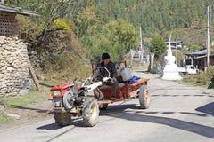 Uomo del Bhutanese e trattore, villaggio di Chhume, Bhutan Fotografie Stock Libere da Diritti