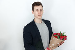 Uomo del biglietto di S. Valentino con il mazzo del tulipano, fondo bianco Immagini Stock Libere da Diritti