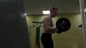 Uomo del bilanciere al sollevamento pesi di forma fisica del bicipite di allenamento della palestra archivi video