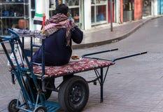 Uomo del carretto in via di Deira Immagini Stock