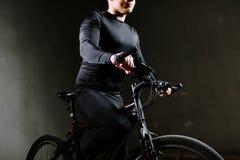 Uomo del ciclo con la bici all'interno immagini stock