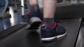 uomo del club di forma fisica impegnato nella camminata Primo piano del piede Rafforzamento dei muscoli della gamba camminando Ca archivi video