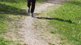 Uomo del corridore che corre su una strada rurale