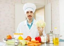 Uomo del cuoco con il cavolfiore Fotografie Stock