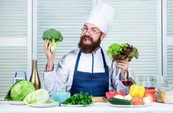 Uomo del cuoco unico in cappello Ricetta segreta di gusto Cuoco barbuto dell'uomo in cucina, culinaria Cottura sana dell'alimento immagine stock libera da diritti