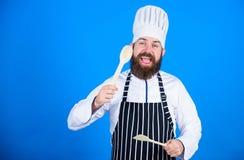 Uomo del cuoco unico in cappello Ricetta segreta di gusto Essere a dieta e alimento biologico, vitamina vegetariano Cuoco unico m fotografia stock