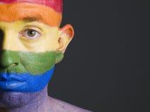 Uomo del fronte verniciato con la bandierina gaia Immagine Stock Libera da Diritti