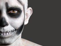 Uomo del fronte verniciato con un cranio 2 Immagini Stock