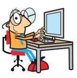 Uomo del fumetto che lavora al calcolatore illustrazione di stock