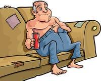 Uomo del fumetto che si siede su uno strato con una birra Immagine Stock