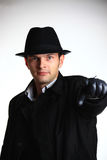 Uomo del gangster in cappello che indica con la mano fotografie stock