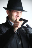 Uomo del gangster in cappello che indica con la mano fotografie stock libere da diritti