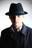 Uomo del gangster in cappello che osserva nella macchina fotografica immagine stock
