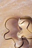 Uomo del gingerbrad dei biscotti di taglio Fotografia Stock Libera da Diritti