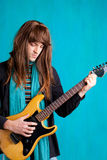 Uomo del giocatore di chitarra elettrica di anni settanta del hard rock Immagini Stock Libere da Diritti