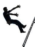 Uomo del lavoratore manuale che cade dalla siluetta della scala Fotografie Stock Libere da Diritti