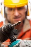 Uomo del lavoratore manuale o dell'ingegnere nel casco dell'elmetto protettivo di sicurezza che tiene h Fotografia Stock Libera da Diritti