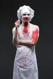 Uomo del macellaio cuoco unico aggressivo del maniaco nel sangue fotografie stock