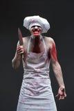 Uomo del macellaio cuoco unico aggressivo del maniaco nel sangue immagini stock libere da diritti