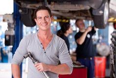 Uomo del meccanico con la chiave dell'aria Fotografia Stock