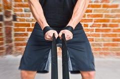 Uomo del muscolo che tira una corda Immagini Stock Libere da Diritti