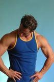 Uomo del muscolo nel tanktop blu Immagine Stock