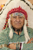 Uomo del nativo americano che indossa copricapo autentico Fotografie Stock Libere da Diritti