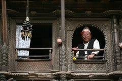 Uomo del nepali di Senoir che osserva dalla finestra Fotografie Stock