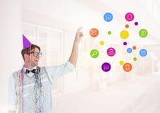 Uomo del nerd con il cappello e le icone dell'applicazione del partito Fotografia Stock Libera da Diritti