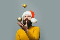 Uomo del nuovo anno con la palla della decorazione Immagini Stock