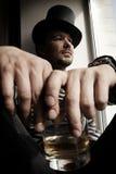 Uomo del pericolo in cappello superiore con vetro di whisky Fotografia Stock Libera da Diritti