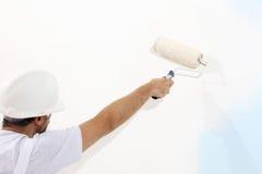 Uomo del pittore sul lavoro con il rullo di pittura, concetto della pittura della parete fotografia stock libera da diritti