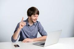 Uomo del posto di lavoro con il taccuino Fotografie Stock