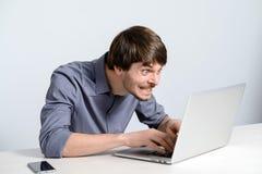Uomo del posto di lavoro con il taccuino Immagini Stock