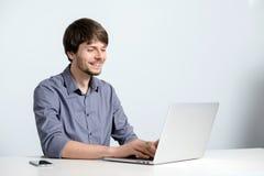 Uomo del posto di lavoro con il taccuino Fotografia Stock Libera da Diritti
